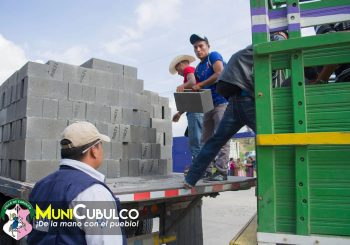 Entrega de materiales de construcción a distintas Comunidades